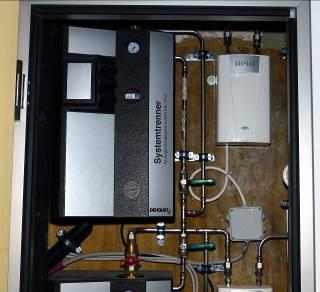 Die kompakten Sicherheitstrennstationen von Dehoust können auch nachträglich zur Absicherung gegen Risiken durch eine rückwirkende Kontamination der Trinkwasser-Installation eingebaut werden, wie hier in einem Klinikum. (Fotos: Dehoust)