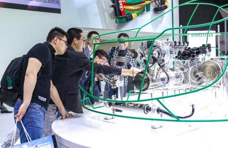 Von Hybridmodulen über die elektrische Achse bietet Schaeffler Lösungen für Hybrid-Fahrzeuge und reine Elektroautos an – sowohl bei 48-Volt- als auch bei Hochvolt-Systemen
