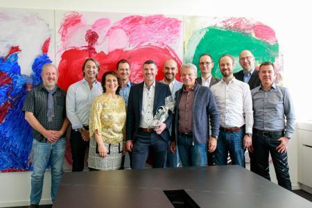 Jubilar Peter Schellhorn in der Mitte_links Geschäftsführerin Ingrid Müller_rechts Geschäftsführer Eugen Müller