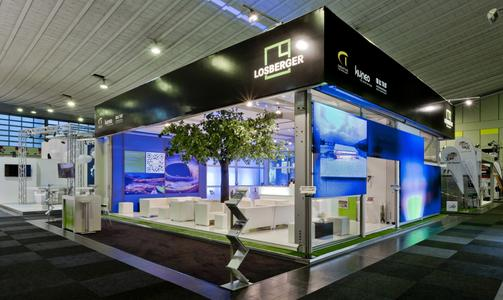 Perfekte Symbiose von Illumination und Architektur: Die individuell kombinierbaren LED-Fassadenelemente werden in die herkömmliche Zeltfassade integriert. (Photos: Losberger)