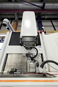 Um die Testreihe möglichst klein zu halten und schnell brauchbare Empfehlungswerte zu gewinnen, werden an der Senkerodiermaschine Form 2000 Spannung und Strom abgegriffen und gemessen.