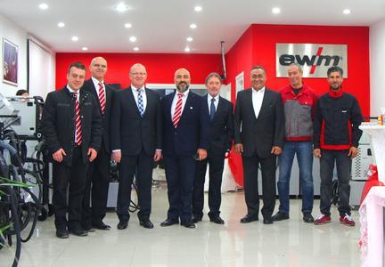 Gemeinsam mit Bernd Szczesny, Vorstandsvorsitzender der EWM AG (4. von rechts) und Robert Stöckl, EWM-Vorstand Vertrieb (3. von links), freut sich das neue Team über die Eröffnung ihres neuen Verbindungsbüros in der Türkei (Foto: EWM AG)