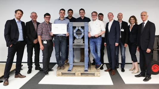 The winners of the Innovation Award from TH Deggendorf Technical University together with the organizers and members of the jury (from left): René Langheinrich, Engineers without Borders; Dr. Gert Fregien, Knorr-Bremse AG; the winning team from TH Deggendorf; Patrick Ruppenthal, Knorr-Bremse Global Care; Prof. Dr. Stefan Schulte, TH Deggendorf; Julia Thiele-Schürhoff, Knorr-Bremse Global Care; Dr. Eduard Gerum, Knorr-Bremse AG