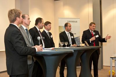 Podiumsdiskussion beim Heraeus Technologieforum 2011 mit Dr. Frank Heinricht, Carsten Mohr, Dr. Jan Schapp (alle Heraeus), Prof. Dr. Gerhard Sextl (Fraunhofer ISC Würzburg), Dr. Martin Reuter (VCI) und Moderator Dr. Michael Reubold CHEManager (v.r.n.l.)