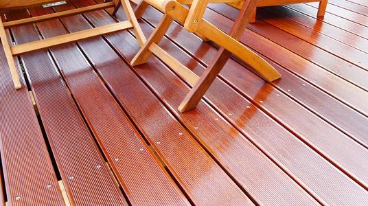 Premium Holz-Öl mit guter Tiefenwirksamkeit und Farbgebung für Holz-Terrassen, Balkone und Gartenmöbel im Außenbereich. Foto: Caparol Farben Lacke Bautenschutz