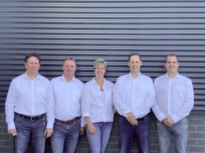 Zehn Jahre nach Gründung der TORWEGGE Wielen B.V. besteht das Team in den Niederlanden aus fünf Personen (v.l.): Robert van Hees, David van Hoof, Mariëtte Dusée, John Broeks, Patrick Nieuwenhuijzen. (Foto: TORWEGGE)