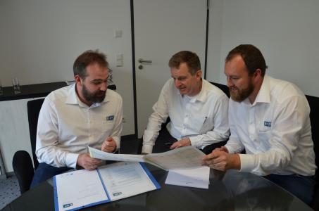 Die KEFF-Effizienzmoderatoren Sebastian Ehrler (links) und Christian Eifler (rechts) im Gespräch mit dem Crailsheimer Ki-nobetreiber und Rechtsanwalt Tilman Wagner (Mitte) / Foto: IHK