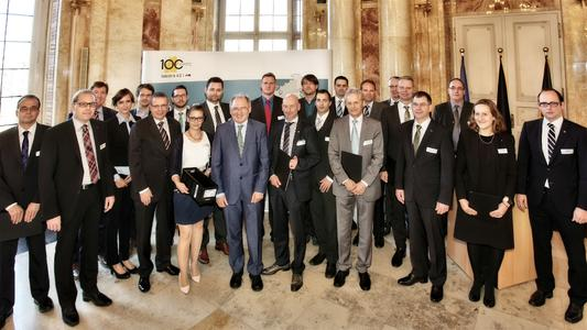 """Staatssekretär Peter Hofelich mit den ersten dreizehn Preisträgern des Wettbewerbs """"100 Orte für Industrie 4.0 in Baden-Württemberg"""""""