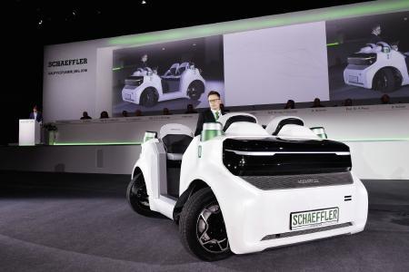 Weltpremiere des Schaeffler Movers: Das elektrisch angetriebene Fahrzeug, das sich zukünftig auch autonom bewegen wird, soll dazu beitragen, den wachsenden Verkehr in den Metropolen zu entzerren. Foto: Schaeffler