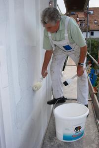 Malermeister Werner Eichberger bereitet den Untergrund für die Künstler vor. Zum Einsatz kommt FibroSil, ein faserverstärkter Rissgrund von Caparol, der zusätzlich ausgleicht und für Struktur sorgt. Die Vorskizze der Künstler bleibt erhalte