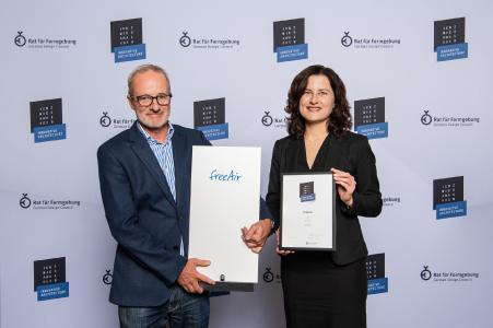 bluMartin-Geschäftsführer Bernhard Martin und Marketing Managerin Astrid Kahle freuen sich über den ICONIC AWARD für das Lüftungssystem freeAir (Bildquelle: Rat für Formgebung / Fotograf: Lutz Sternstein, www.phocst.com)
