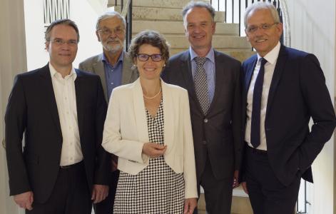 Die neue ABO Wind-Aufsichtsrätin Eveline Lemke umrahmt von ihren Kollegen (von links) Josef Werum, Dr. Joachim Nitsch, Jörg Lukowsky (Vorsitzender) und Norbert Breidenbach
