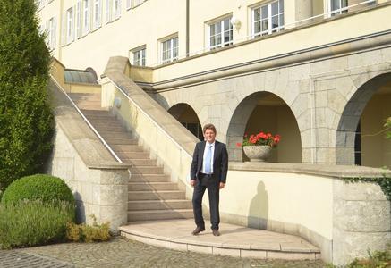 Dr. rer. nat. Jörg Rathenow: Der forschende Chemiker ist seit 2009 Geschäftsführer der Sinnotec Innovation Consulting GmbH in Wiesbaden. Seither entwickelt der Betonschutz-Experte innovative Baustoffe auf silikatischer Basis, um Altbeton umweltschonend zu sanieren und die Nutzbarkeit von Betonbauteilen deutlich zu verlängern. Für seinen Pioniergeist und Ideenreichtum wurde Jörg Rathenow schon mehrfach ausgezeichnet, u.a. 2012 mit dem Gründerpreis des Landes Hessen. (Foto: Achim Zielke für SINNOTEC Innovation Consulting GmbH, Wiesbaden; www.sinnotec.eu )