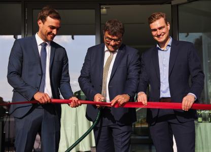 Feierliche Eröffnung: Mit einem Plasmastrahl durchtrennten Plasmatreat-CEO Dipl. Ing. Christian Buske (Mi.) und seine Söhne Magnus und Lukas Buske (v.li.) das rote Band