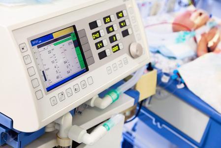 Frühgeborene Babys können dank moderner Medizintechnik schon ab der 22. Schwangerschaftswoche überleben. Beatmungsgeräte, Monitore zur Überwachung des Herzschlags und Infusionspumpen für die Zufuhr von Flüssigkeit, Nährstoffen und Medikamenten sind dabei die ersten Erfahrungen vieler Frühgeborenen. © beerkoff - Fotolia.com