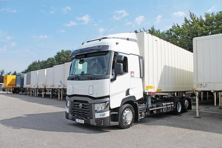 Multifunktionales Wechselbrückensystem im Einsatz mit Wechselbehälter (Foto: © Renault Trucks, SDG Modultechnik)