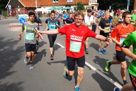 Sichtlich gut gelaunt gingen die Läufer des Hauptlaufs im Sommer 2017 beim Remmers Hasetal-Marathon des VfL Löningen auf die Strecke, Bildquelle: Catfun Foto