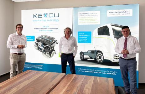 Dr. Stefan Kaufmann (rechts) und MdB Stefan Pilsinger (links) im Gespräch mit Thomas Korn (Mitte), CEO der KEYOU GmbH.