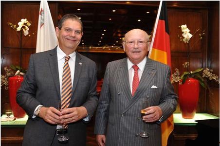 Botschafter von Malta Carl Charles Xuereb, (links) Maltas Honorargeneralkonsul Prof. Dr. h. c. Viktor Dulger (rechts) zum Empfang anlässlich des 48. Unabhängigkeitstages von Malta im Hotel