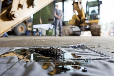 Powervlies: Auffangmatte MEWA MULTITEX nimmt Ölpfützen, Wasserlachen und Leckagen  bis auf den letzten Tropfen auf.