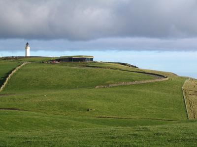 Quelle: ZinCo/Alumasc. Das Gelände um den Leuchtturm steht unter Naturschutz. Dies erforderte ein ökologisches Gebäudekonzept für den Bau von Gallie Craig.