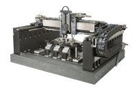 Im Innern des Gantry übernimmt das doppelseitige Faserjustagesystem F 712.HA2 die Ankopplung von Glasfasern an einen Photonikchip. Über das Gantry werden die Komponenten auf den Ankoppelstationen abgelegt und wieder aufgenommen