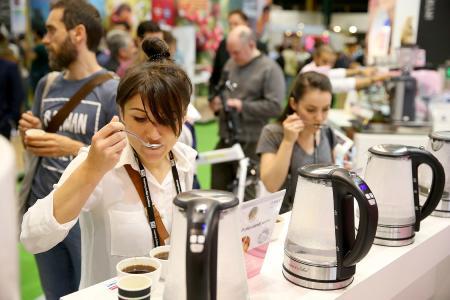 Beim Cup-Tasting-Experiment von BWT water+more können die WOC-Besucher ihren Blick für bestes Kaffeewasser schärfen.  /Foto: Marc O'Sullivan