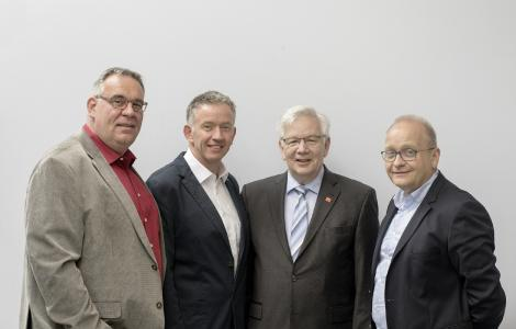 Die Vorsitzenden der Vertreterversammlung Konrad Steininger (3.v.l.) und Ewald Löken (2.v.l.) und die Vorsitzenden des Vorstandes Professort Dr. Eckhard Kreßel (ganz rechts) und Bernhard Wagner (ganz links).