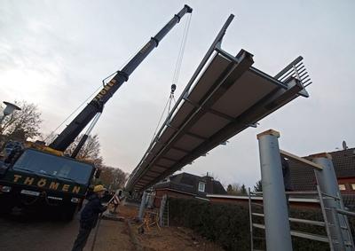 """Nach weitgehender Vormontage wurde die Reinbeker """"Holländerbrücke"""" innerhalb kurzer Zeit, d.h. mit minimaler Verkehrsbeeinträchtigung, auf die vorbereiteten Widerlager und Pfeiler abgesetzt"""