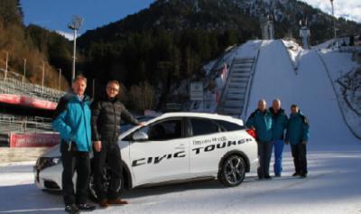 Bei der Fahrzeugübergabe in Oberstdorf: Alfons Schranz (l.), Präsident der Vierschanzentournee, und Gerald Heinecke (2.v.l.), Leiter Marketing und PR bei Honda Deutschland, mit dem neuen Honda Civic Tourer.