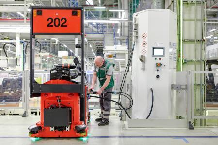 Betankung eines wasserstoffbetriebenen Routenzuges mit der WEH TK16 H2  35 MPa © BMW Group