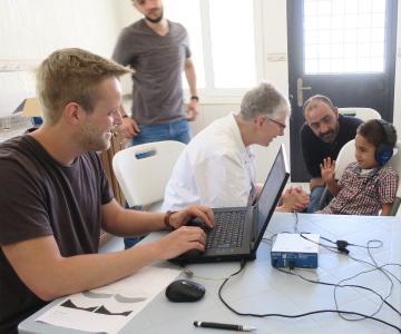 Prof. Dr. Annette Limberger (in weiß) verhalf gemeinsam mit Studierenden der Hochschule Aalen schwerhörigen Patienten in Jordanien zu einer Hörhilfe / © Hochschule Aalen/ Friedemann Heller
