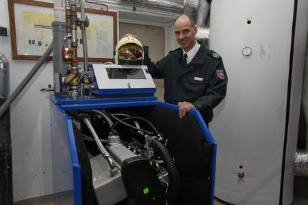 Markus Kropp, Brandschutzbezirksleiter Feuerwehr Hannover freut sich über die hocheffiziente Heiztechnik in der Feuerwache 3, Foto: Mirko Bartels