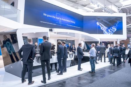 The four megatrends of the commercial vehicle industry – safety, connectivity, emissions reduction & electric mobility, and automated driving – provided the framework for Knorr-Bremse's presentations at the 2018 IAA. At the heart of things: the Traffic Safety island exhibit   © Knorr-Bremse