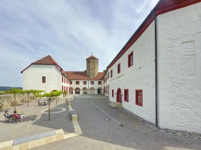 1994 erfolgte die Neufassung der Fassade in den heutigen Farbtönen weiß und dunkelrot.
