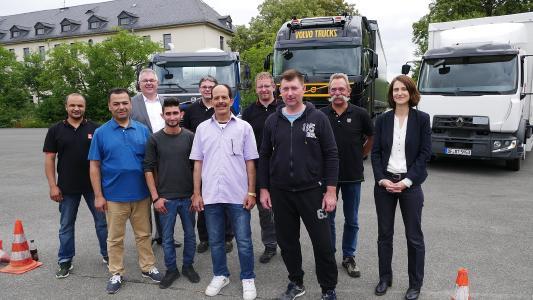Im Juni 2018 startete in Coburg zusammen mit dem Bildungswerk der Bayerischen Wirtschaft (bbw) das erste Projekt zur Reduzierung des Berufskraftfahrermangels, welches dann auch in weiteren Bundesländern ausgerollt werden soll
