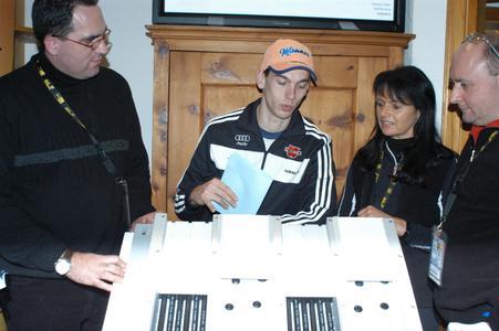 M. Neumayer (zweiter von l.) nach seinem ersten Sprung aufs Siegerpodest im Gespräch mit (von r.) Ski-Line-Erfinder P. Riedel, dessen Mitarbeiterin P. Riedel und M. Sturm, Mitglied der REHAU-Geschäftsleitung Mitteleuropa