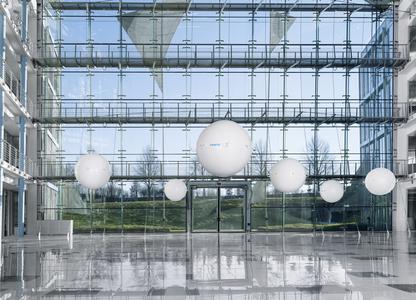 eMotionSpheres – Flugobjekte mit bionischem Antrieb: Jede der acht Kugeln ist mit Helium gefüllt und wird von acht kleinen Propellern angetrieben, die an ihrer Außenhülle angebracht sind. Die Antriebe sind adaptiv und sorgen für den gleichen effizienten Schub in Vorwärts- wie in Rückwärtsrichtung, was bei Flugobjekten ein echtes Novum darstellt. (Foto: Festo)