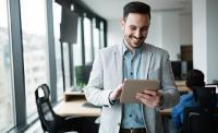 """Titelbild Whitepaper: """"Erfolgreich im Longteil-Business"""", Person mit Tablet"""