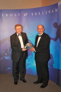 """Bei der Verleihung des """"European Technology Innovation of the Year Award"""": Professor Fedor Karpushko, Gründer und CEO von Klastech (links), mit Bill Stringer, Practice Director bei Frost & Sullivan"""