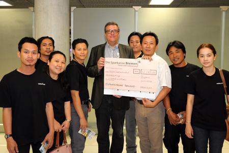 HANSA-FLEX CEO Thomas Armerding überreicht Scheck in Bangkok