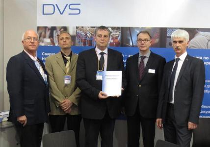 """Die """"SVARKA – Welding 2012"""" bietet auch die Möglichkeit, die deutsch-russische Zusammen-arbeit weiter auszubauen. In dem Zusammenhang konnten Direktor A. Vasiljev und der stv. Direktor für Qualität S. Nechaev der Firma OOO """"SZ ANTZ """"Energomontazh"""" das Zertifikat ISO 9001:2008 entgegennehmen"""