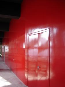 Radiant: Red wall surfaces in the functional rooms (Photo: Caparol Farben Lacke Bautenschutz)