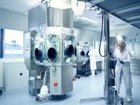 Höchste Sicherheitsstufe am Frankfurter Standort von HWI pharma services GmbH: In modernsten Isolatoren können hochpotente Wirkstoffe bis zu einer Klassifizierung von OEB 5 verarbeitet werden.