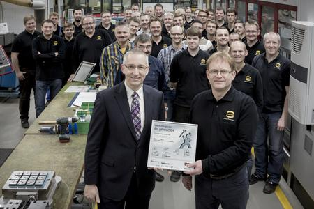 Dr. Volker Franke (left), Managing Director HARTING Applied Technologies, takes pleasure in the award with Reiner Hussmann, Toolmaking Head, and the entire team