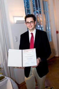Dr. Stefan Breuer präsentiert seine Urkunde des Adolf-Messer-Preis 2012. Foto: Gregor Rynkowski / TU Darmstadt
