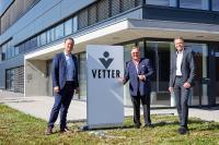 Senator h.c. Udo J. Vetter, Beiratsvorsitzender und Mitglied der Inhaberfamilie (Mitte) und die Vetter-Geschäftsführer Peter Sölkner (links) und Thomas Otto (rechts) geben den Startschuss für die neue Produktionsstätte, die 2021 in Betrieb genommen werden soll