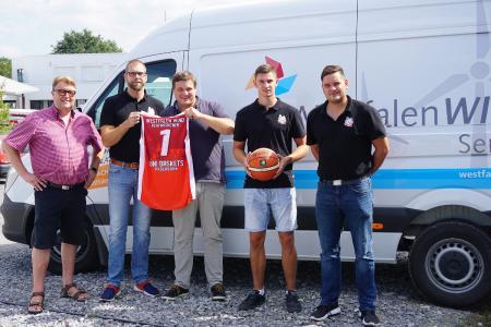 reuen sich über eine erfolgreiche zukünftige Partnerschaft zwischen Westfalen WIND und den Uni Baskets (v.l.): Friedbert Agethen (Geschäftsführer Westfalen WIND), Uli Naechster (Coach Uni Baskets), Jan Lackmann (Geschäftsführer Westfalen WIND Planungs GmbH & Co.KG), Luca Kahl (Spieler Uni Baskets) und Dominik Meyer (Geschäftsführer Uni Baskets, (Fotocredit: Uni Baskets Paderborn)