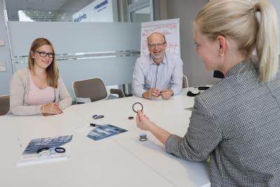 Lena Eberspach, Rainer Kreiselmaier und  Sina Etter (v.l.n.r.) von Freudenberg Sealing Technologies besprechen die neuen Produkte der  hygienischen Dichtungslösungen des Unternehmens / Copyright: Freudenberg Sealing Technologies