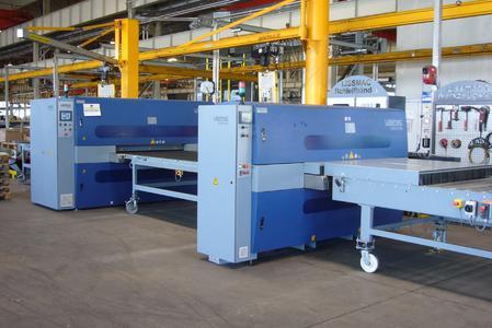 Bild 1: Blechbearbeitungslinie aus einer Schlackeentfernungsmaschine und einer Entgrat- und Kantenverrundungsmaschine der Firma Lissmac Maschinenbau